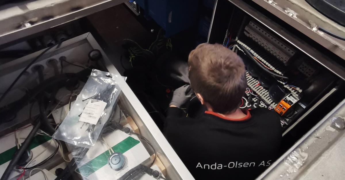 Her er Henning Eidsheim i gang med montering av Anda-Olsen sitt utstyr under dekket på minifergen.