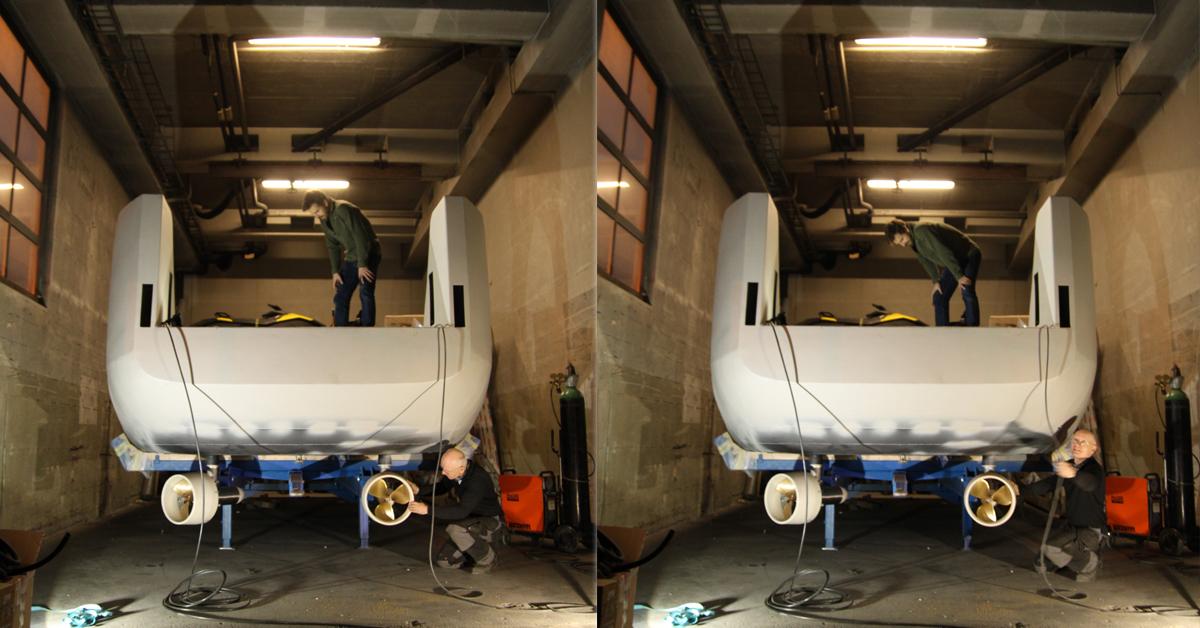 Egil Eide og en kollega jobber med montering av minifergen.