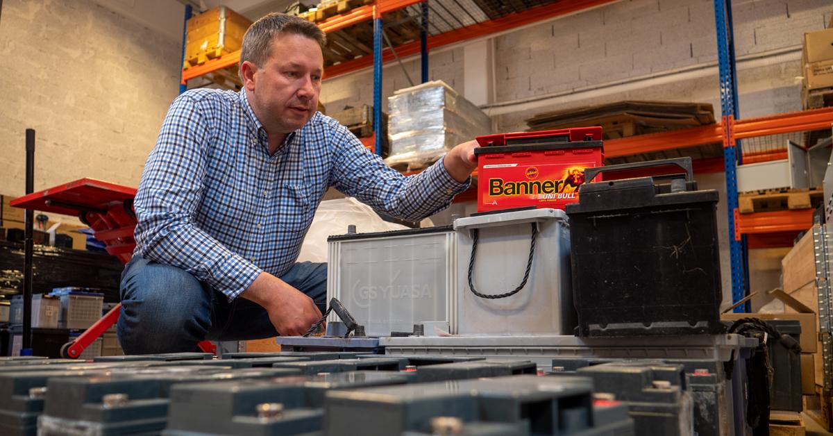 Jan-Olav Roaldsand viser oss de brukte batteriene som er returnert fra kunder.