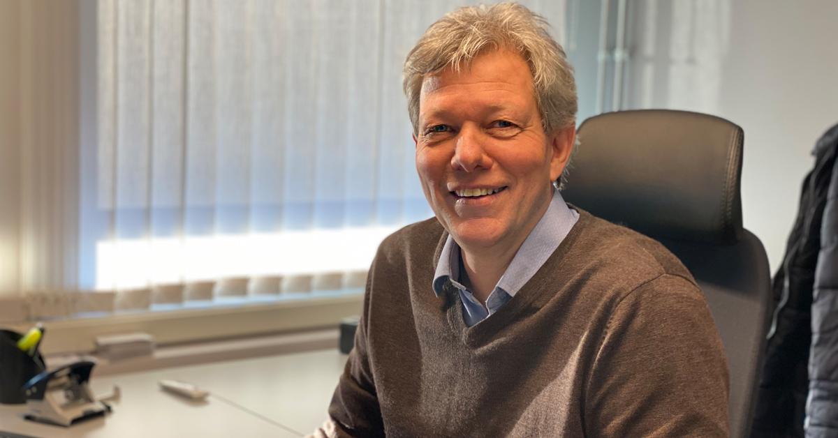 Jon Kjærstad, daglig leder i Anda-Olsen, oppfordrer alle til å returnere brukte batterier.