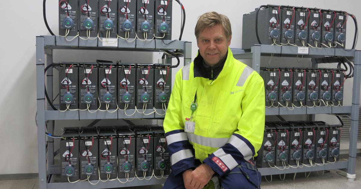Stig Kyrkjeeide i Mørenett foran batterianlegget fra Anda-Olsen.
